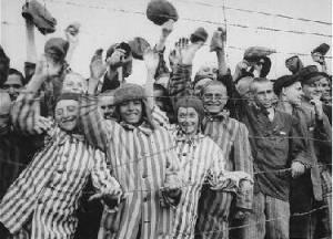 1 Auschwitz ebrei salutano soldati